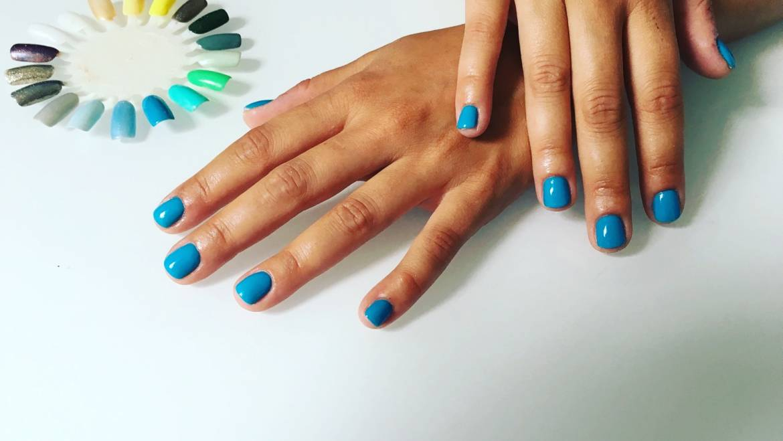 Vernis bleu sur ongles très courts